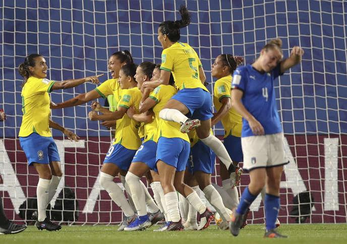 La joueuse Marta Vieira (à gauche) et l'équipe brésilienne célèbrent leur victoire après le penalty contre l'équipe italienne.