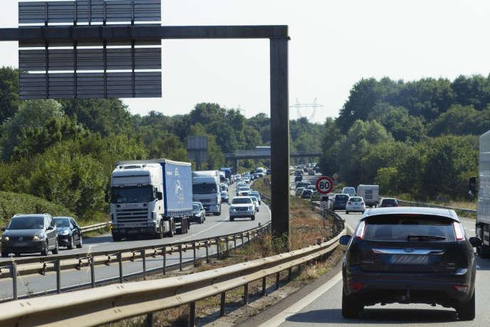 Les voitures des particuliers polluent plus que l'ensemble des poids lourds et des véhicules utilitaires qui sillonnent les routes de France.