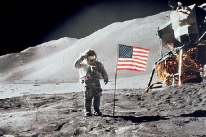 Un drapeau« flotant» au vent stellaire, source d'interprétations les plus farfelues.