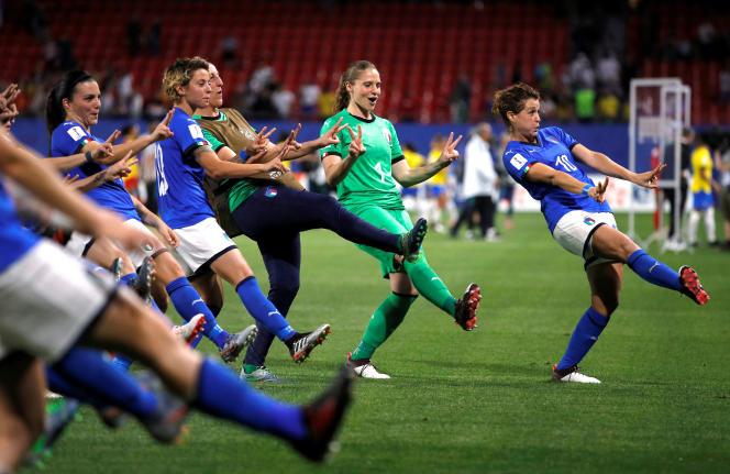 Cristiana Girelli, Laura Giuliani et leurs coéquipières en pleine célébration après le match face au Brésil à Valenciennes. REUTERS/Phil Noble