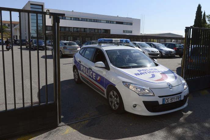 Une voiture de police quitte la brigade anticriminalité à Marseille, le 2 octobre 2012.