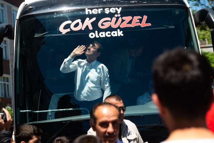 Ekrem Imamoglu, le candidat du Parti du peuple à la mairie d'Istanbul, en campagne dans le district de Zeytinburnu,le 29 mai.