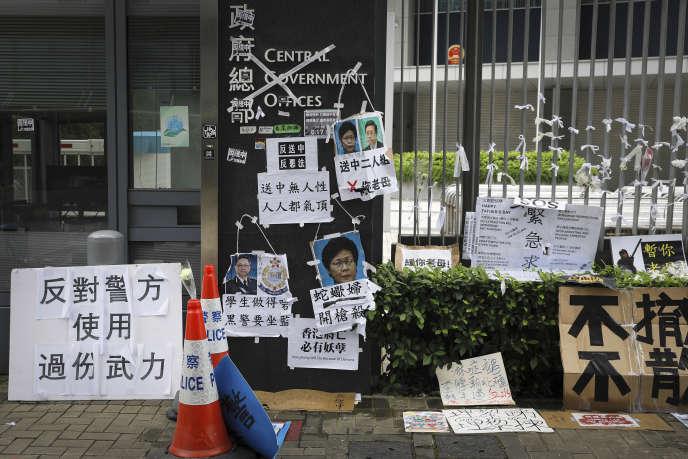 Des pancartes hostiles à Carrie Lam, le 18 juin devant le Parlement de Hongkong.