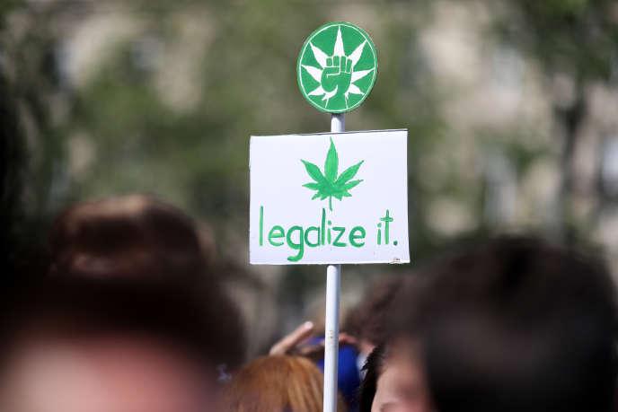 Een Parijs, lors de la 15e Marche mondiale du cannabis, le 14 mai 2016.