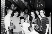 Juin 1969: des manifestants se rassemblent spontanément devant le Stonewall Inn, au cœur de Greenwich Village, après les émeutes.