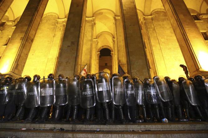 Des policiers bloquent l'entrée du Parlement géorgien à Tbilissi, dans la nuit du jeudi20 au vendredi 21 juin.