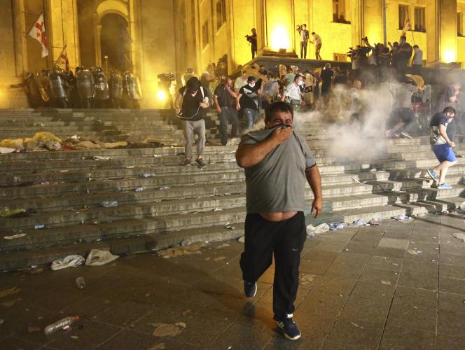 Devant le Parlement géorgien, à Tbilissi, dans la nuit de jeudi à vendredi. Les affrontements entre manifestants et forces de l'ordre ont fait 240 blessés selon un bilan du ministère de la santé géorgien.