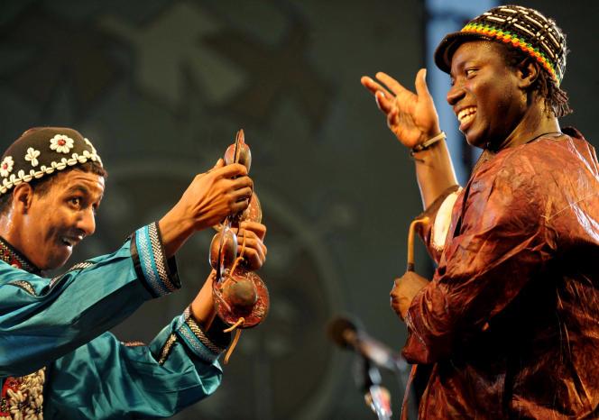 Lors de l'édition 2011 du Festival de musiques gnaoua à Essaouira, deux membres du groupe marocain Mâalem Kbiber et malien Baba Sissoko.