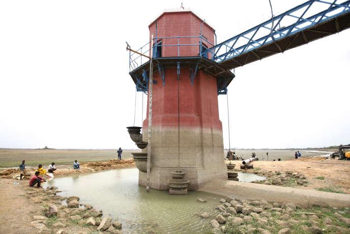 Une tour mesurant le niveau du lac dePuzhal, près de Chennai, le 20 juin.