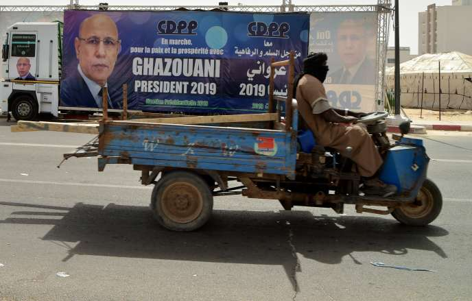 Une affiche de propagande en faveur de l'ex-général Mohamed Ould Cheikh Mohamed Ahmed, dit Ould Ghazouani, dans une rue de la capitale, Nouakchott, le 20 juin.