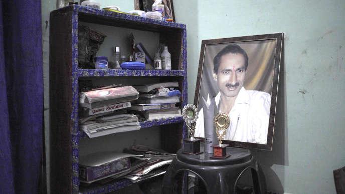 Une photo de Jagendra Singh, dans la maison de sa famille, àKhutar, dans l'Uttar Pradesh.