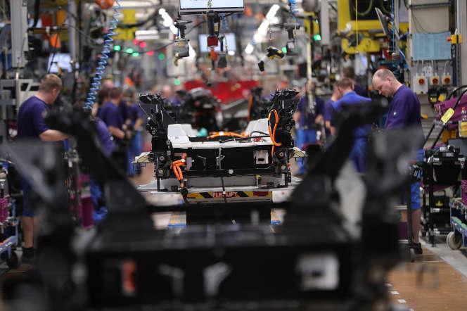 Chaîne d'assemblage du chassis équipé de batteries de la BMW i3, 100% électrique, à l'usine de Leipzig (Allemagne), le 14 mars.