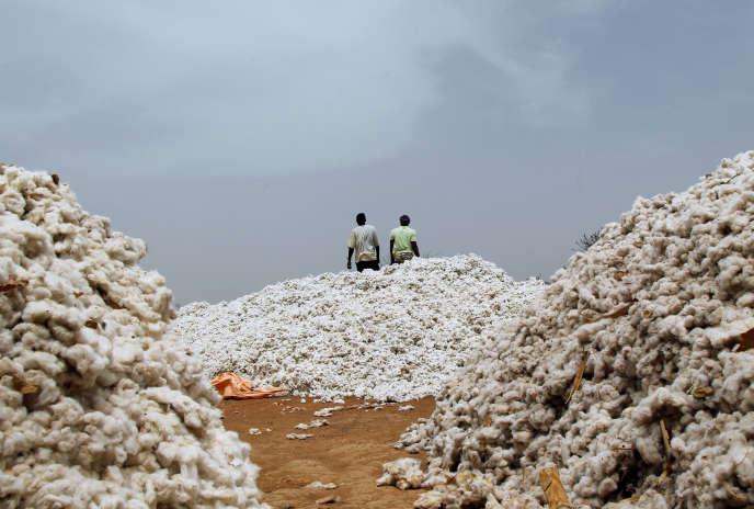 Des agriculteurs sur un marché de coton dans le village de Soungalodaga, près de Bobo-Dioulasso, au Burkina Faso, en mars 2017.