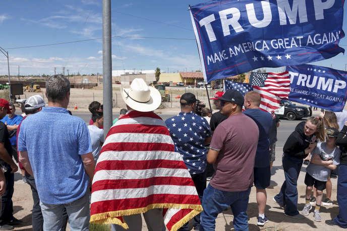 Des partisans du président américain Donald Trump à proximité de la frontière entre les Etats-Unis et le Mexique, à Calexico (Californie), le 5 avril.