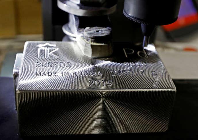 Une machine grave des informations sur un lingot de palladium pur à 99,97% dans une usine du groupe Krastsvetmet, àKrasnoïarsk, en Russie, le 9 avril.