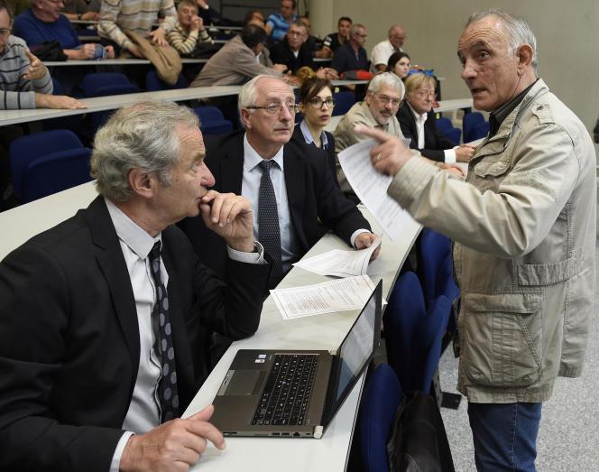 Un ancien mineur des Charbonnages de France s'adresse à Daniel Cadoux, représentant de l'entreprise, lors du procès en appel le 12mai2017, à Metz.