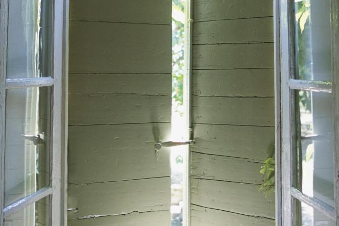 Il faut fermer les volets en journée dès que le soleil tape sur la fenêtre.