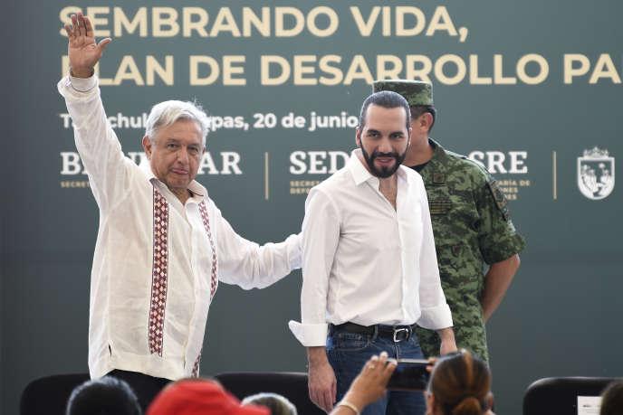 Le président mexicain Andres Manuel Lopez Obrador (à gauche) aux côtés son homologue salvadorien, Nayib Bukele,pour la présentation de son « plan régional de développement pour la migration», à Tapachula, dans l'Etat du Chiapas, au Mexique, le 20 juin 2019.