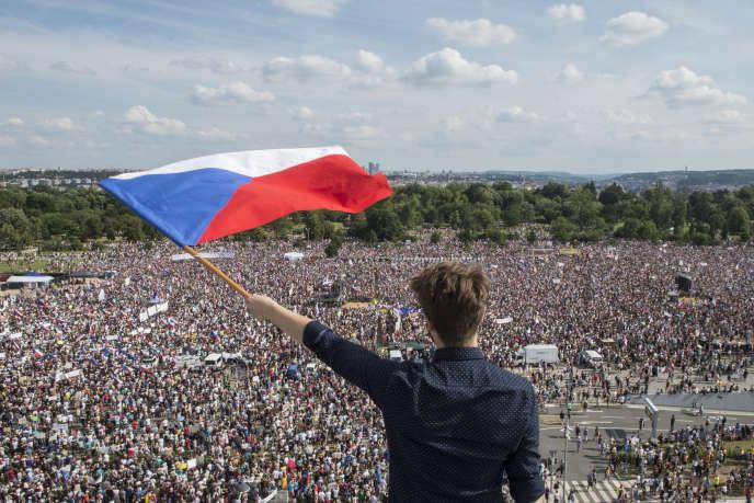 Un manifestant agite le drapeau de la République tchèque durant le rassemblament du 23 juin, à Prague.