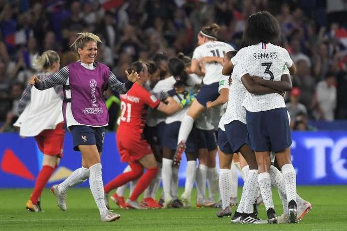 Les Françaises après leur victoire contre le Brésil, dimanche.