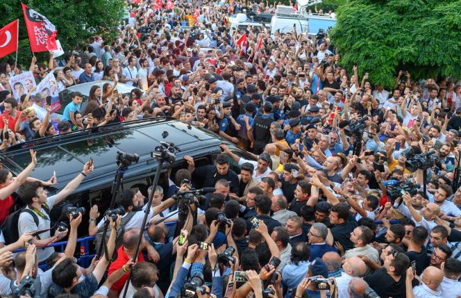 Les partisans d'Ekrem Imamoglu autour de leur vainqueur, à Istanbul, le 23 juin.