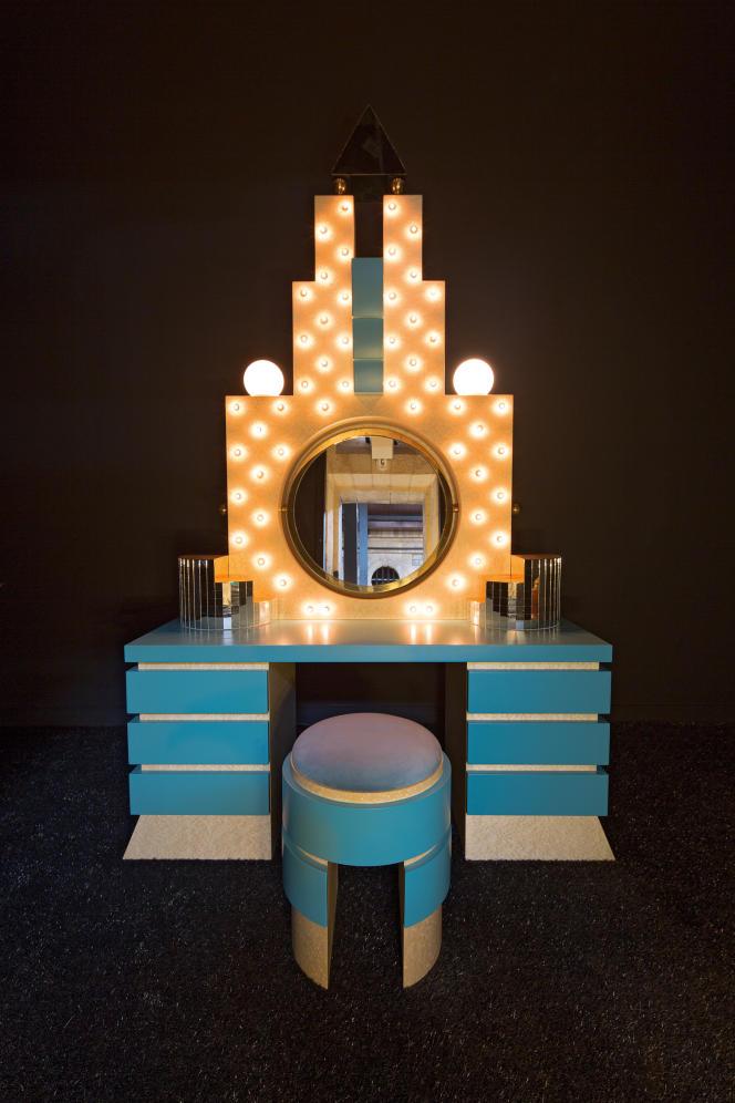 Coiffeuse en bois Plaza (1981), avec miroir et placage de bois de bruyère, par Michael Graves (collection Memphis Milano).
