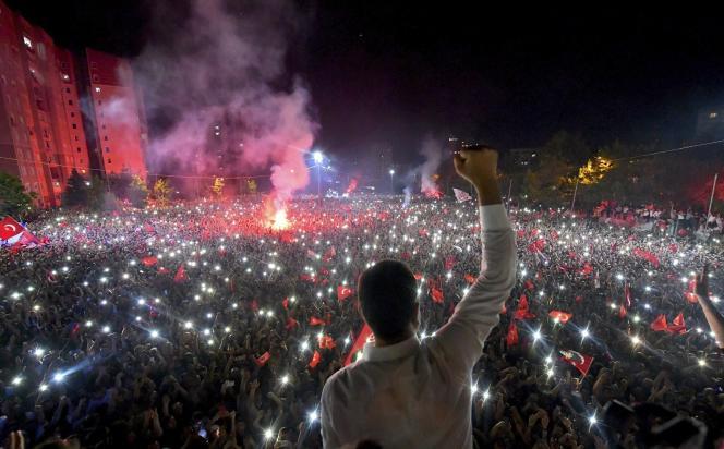 Ekrem Imamoglu salue la foule, après l'annonce de sa victoire à la mairie d'Istanbul, le 23 juin.