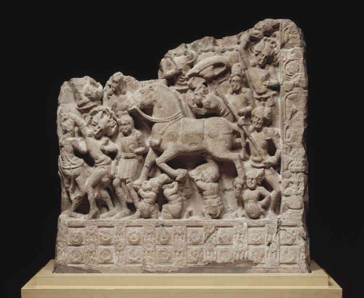"""«Trône sans occupant, assistance prosternée devant un espace vide ou, comme ici, cheval sans cavalier, le premier art bouddhique indien répugnait à représenter la personne du Bouddha. Les scènes narratives étaient pourtant immédiatement identifiables par le fidèle tant la vie exemplaire du Bienheureux lui était familière. On voit ici le prince Siddhartha quittant son palais pour entreprendre la quête spirituelle qui le conduirait à devenir le Bouddha (""""l'Eveillé"""") de notre temps. »"""