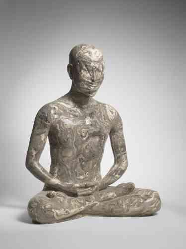 «Créée pour rendre hommage aux victimes du tsunami qui frappa le Japon en 2011, cette œuvre virtuose du grand céramiste Takahiro Kondo renvoie tout autant aux effets délétères de la catastrophe qu'à la personne du Bouddha en sa phase ascétique. Pratique courante de nombreux saints hommes en son temps, la voie de la mortification du corps ne fut qu'une expérience fugace et stérile pour Shakyamuni dans le cheminement qui le conduisit à l'éveil.»