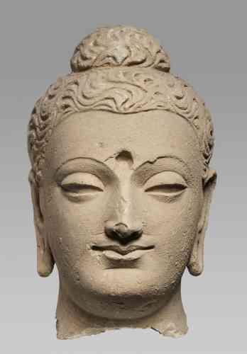 «Au début de l'ère chrétienne, dans l'empire des Kouchans qui s'étendait de l'Afghanistan à la vallée du Gange, apparaît l'image du Bouddha. Autour de l'actuelle Peshawar, au Pakistan, l'art fut grec par son esthétique, bouddhique par ses iconographies. Cette œuvre admirable renvoie aux sources même de la représentation du Bouddha dans toute l'Asie.»