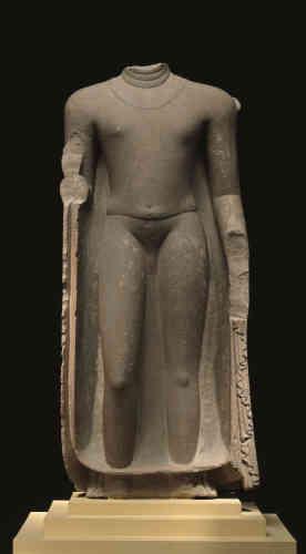 «Exaltant l'évanescence du corps du Bienheureux, les sculpteurs de l'époque Gupta –cet âge d'or de l'Inde classique – ont su créer une image à nulle autre comparable par sa souplesse, la délicatesse du modelé et la profondeur spirituelle que se doit d'incarner une représentation du Bouddha. Même fragmentaire, l'œuvre témoigne du message de douceur et de paix dont le bouddhisme est porteur.»