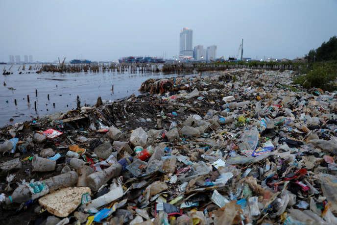 Un rivage jonché de déchets plastiques, à Djakarta, la capitale de l'Indonésie, le 21 juin.