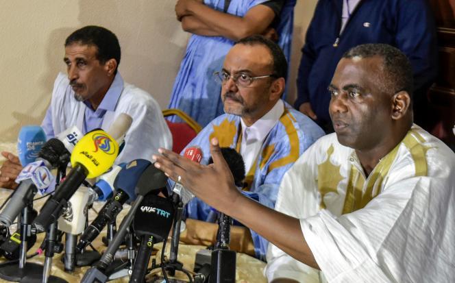 Les trois candidats de l'opposition Mohamed Ould Boubacar (centre), Biram Ould Dah Ould Abeid (droite) et Mohamed Ould Mouloud (gauche) lors d'une conférence de presse à Nouakchott, le 23 juin.
