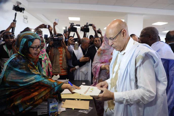 Le candidat du parti au pouvoir à la présidentielle et ancien ministre de la Défense, Mohamed Ould El Ghazouani, a voté à Nouakchott, en Mauritanie, samedi 22 juin. Les Mauritaniens choisissent entre l'héritier présumé du président sortant Mohamed Ould Abdel Aziz et cinq candidats de l'opposition qui croient que le président serait représenté une continuation de son règne dans ce pays d'Afrique de l'Ouest luttant contre l'extrémisme islamique