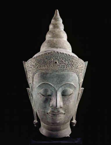 «En tant que renonçant aux biens de ce monde, le Bouddha abandonna tout signe extérieur de son statut princier de naissance au moment du grand départ. Lorsque, comme ici, on le représente paré des insignes de la royauté, c'est à son statut prééminent et supérieur dans le domaine de la spiritualité que les artistes font allusion. Par son caractère épuré et son traitement graphique, cette œuvre est représentative des écoles d'art du Siam classique, lesquelles offrent du saint personnage une image détachée des caractéristiques de l'humaine nature.»