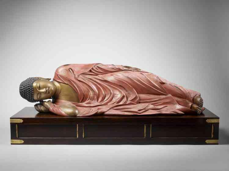 «Etendu sur le côté droit dans la quiétude d'un dernier et ultime passage de vie à trépas, le Bouddha est ici représenté entrant dans le nirvana, cet état indicible de non incarnation, dans lequel passions et douleurs sont totalement anéanties.»