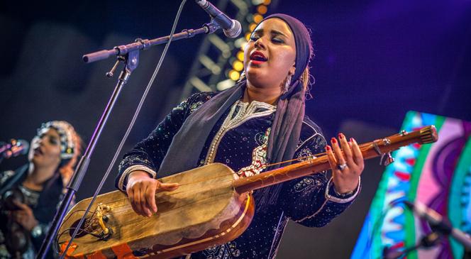 Asmaa Hamzaoui sur la scène du festival Gnaoua et Musiques du monde, à Essaouira, au Maroc, en juin 2018.