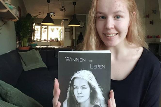 Noa Pothoven avec l'ouvrage « Winnen of leren » dont elle est l'auteure.