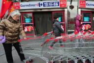 Devant un magasin Carrefour, à Pékin, en 2011.