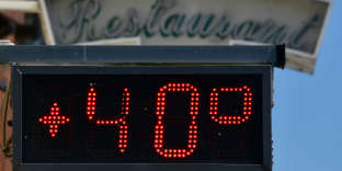 A picture taken on August 7, 2018 an electronic display above the entrance  of a restaurant displaying 40 degrees Celsius in the French south-central city of Entraygues-sur-Truyère, during an on-going heatwave in Europe. (Photo by PASCAL PAVANI / AFP)