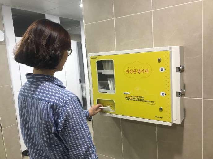 La Corée du Sud a décidé l'installation de distributeurs de protections hygiéniques dans les lycées pour lutter contre la précarité menstruelle.