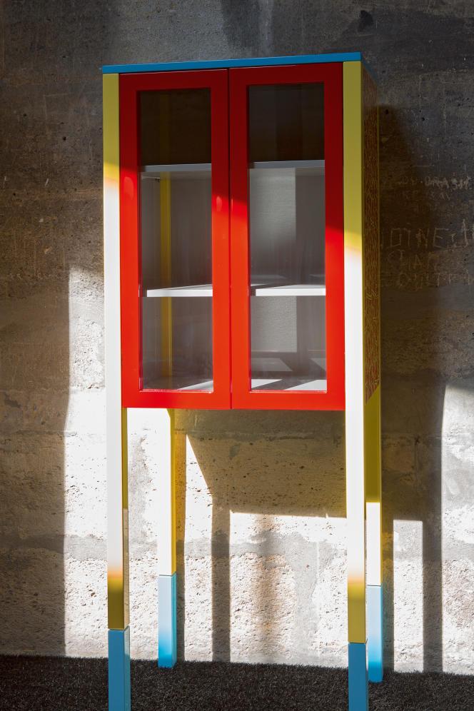 Cabinet-vitrine en bois laqué, sérigraphié D'Antibes (1981) parGeorge J. Sowden(collection Memphis Milano).