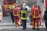 Pompiers et agent d'intervention du gaz GRDF sur le lieu d'un incendie, à Aulnay-sous-Bois (Seine-Saint-Denis), le 21 février.