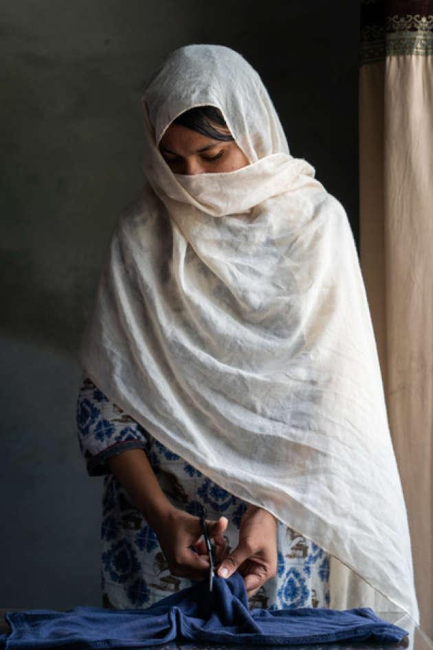 « C'est ma mère qui m'a dit d'utiliser un bout de tissu durant mes règles. Je n'ai pas les moyens d'acheter des serviettes hygiéniques», expliqueSaba, 18ans, qui vit àIslamabad, auPakistan.