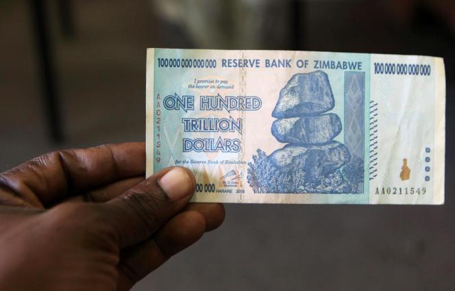 Un billet de 100 billions de dollars zimbabwéens, à Harare, enjuin 2015.