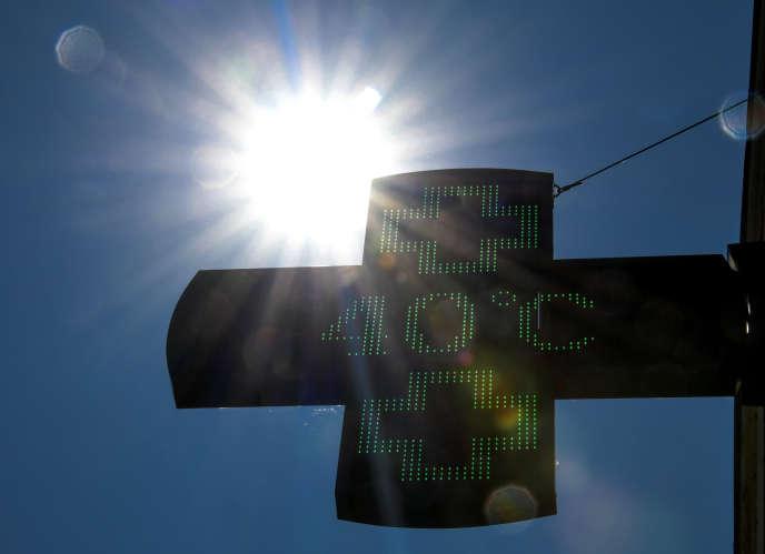 Un thermomètre de pharmacie affichant une température de 40 °C à Lille, le 27 juillet.