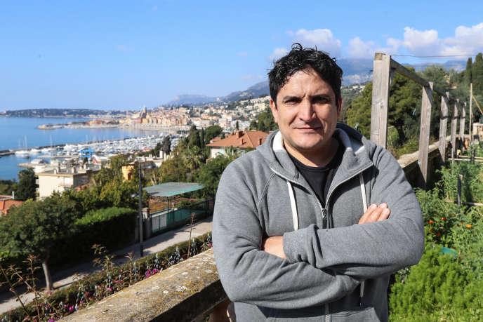 Mauro Colagreco dans le potager du Mirazur, qui fournit 25 % des approvisionnements du restaurant.