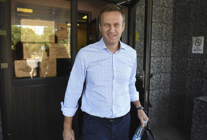 L'opposant russe Alexei Navalny à la sortie d'un tribunal de Moscou (Russie), le 24 juin.