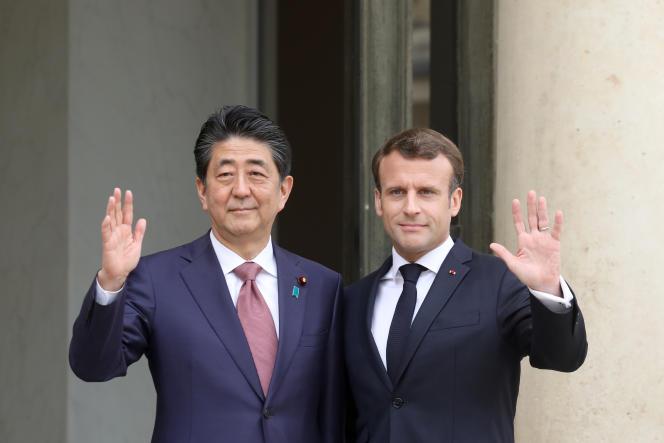 Emmanuel Macron et le premier ministre japonais Shinzo Abe, à l'Elysée, le 23 avril.