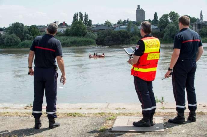 Des sapeurs-pompiers pilotent un drone au-dessus de la Loire, à l'endroit oùSteve Maia Caniço semble avoir disparu le 25 juin.